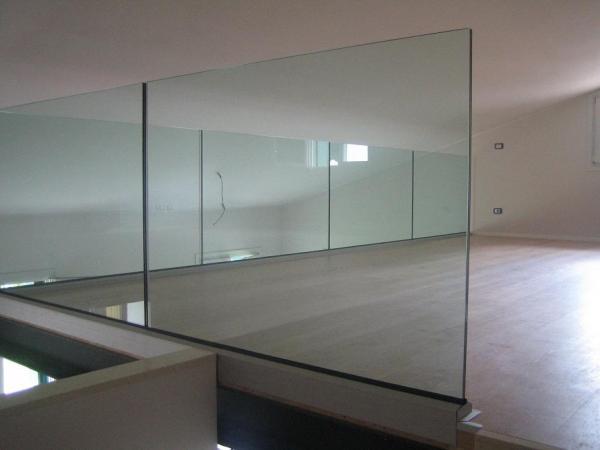 Parapetto filo pavimento in vetro spessore mm 8+8 entrambi temperati stratificati con pvb di mm 1,52 .