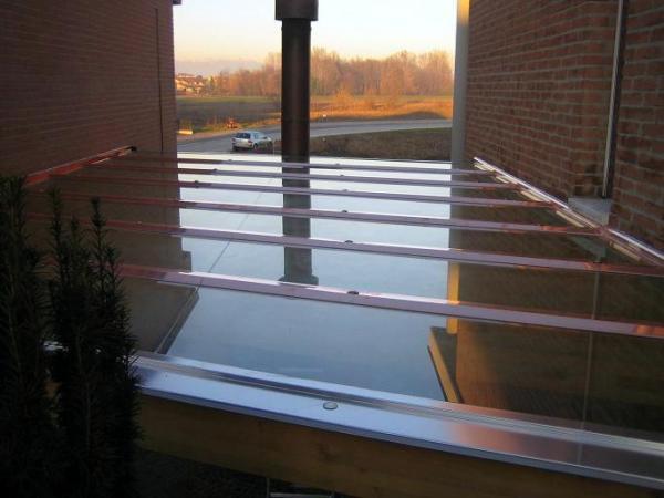 Copertura con vetri stratificati di sicurezza.
